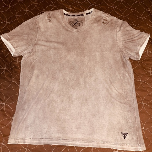 GUESS V-neck graphic tee